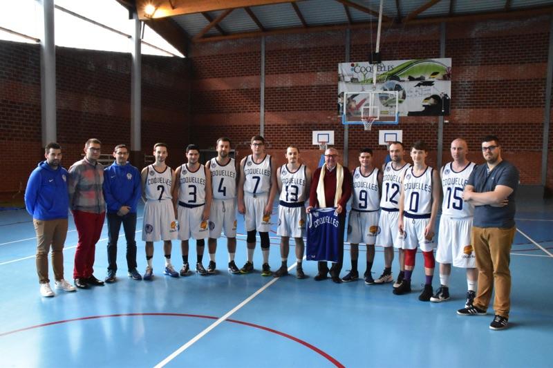 Remise du nouveau maillot de l' AL Coquelles Basket à M. le Maire